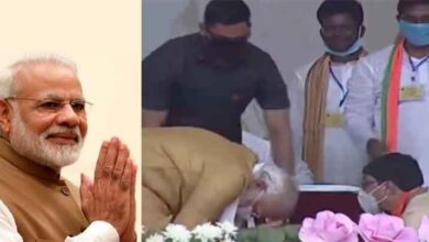 Modi greeted the worker by touching his feet