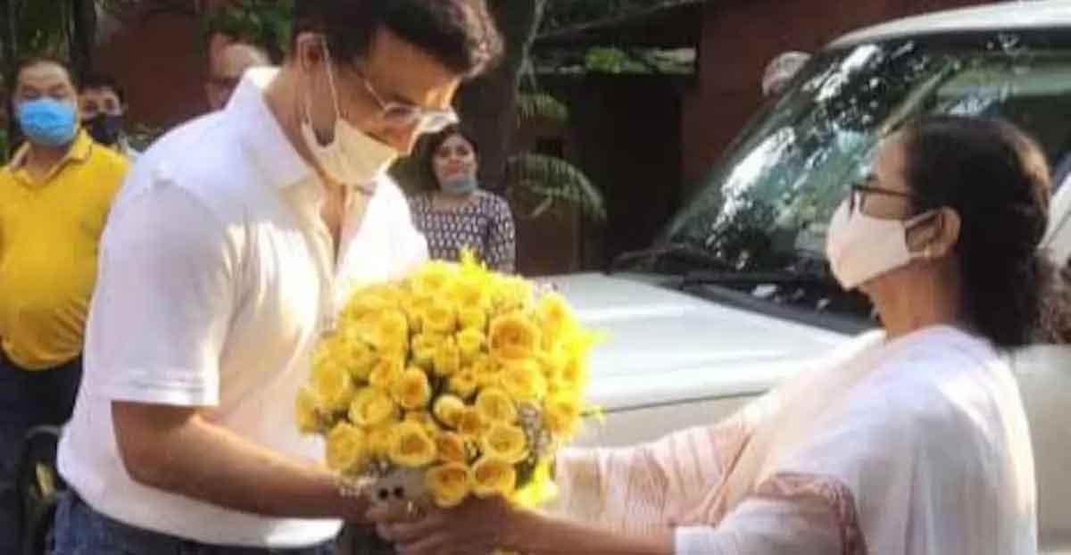 mamata-gave-flowers-to-sourav-ganguly