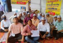 Secretariat-workers-stage-a-sit-in-in-Gardanibagh,-Patna.